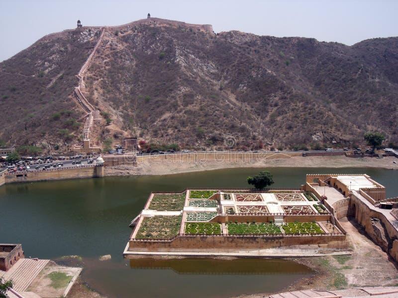 Overzicht van Koninklijke die Tuin bij Maota-Meer van Amber Fort, Jaipur, Rajasthan, India wordt gevestigd stock afbeelding