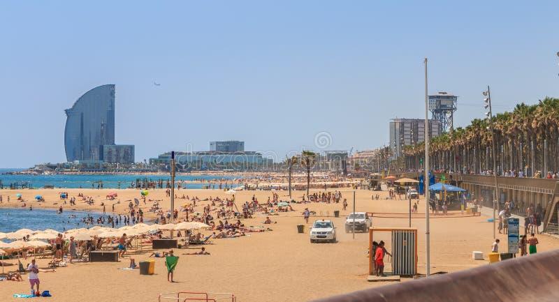 Overzicht van mensen die op het strand ontspannen royalty-vrije stock fotografie