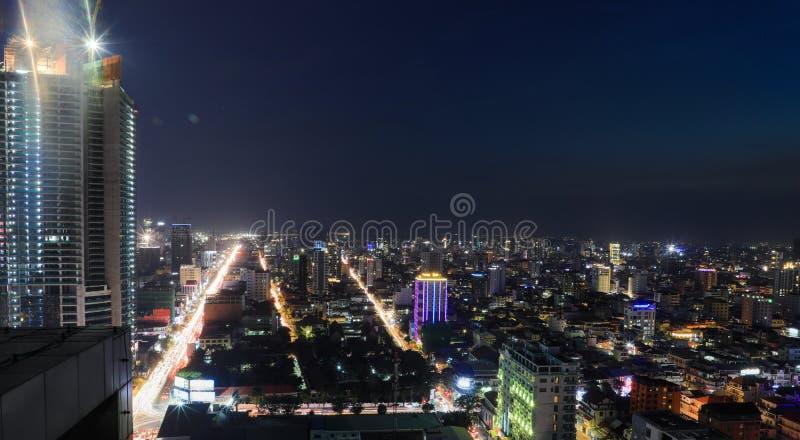 Overzicht van Phnom Penh bij nacht stock fotografie