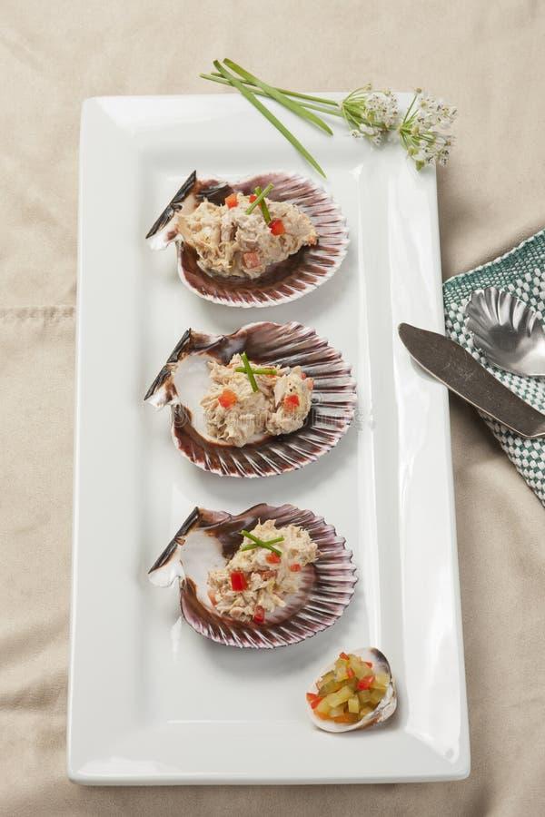Overzicht van Tonijnsalade op shells stock afbeelding