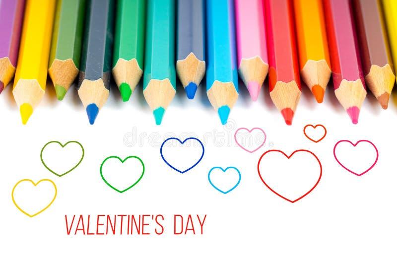 Overzichtsharten met kleurrijke potloden, de kaart van de valentijnskaart` s dag royalty-vrije stock afbeelding