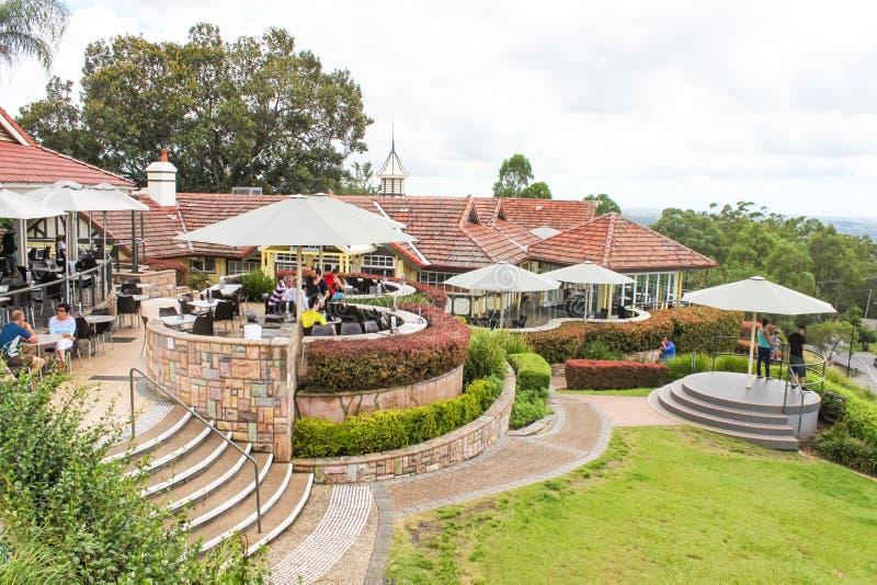 Overzie en buitenkant bar-dinerend gebied bij MT-koet-Tha dichtbij Brisbane Queensland Australië 2-25-2015 stock fotografie