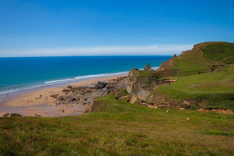 Overziend Sandmouth-Baai, Cornwall, van de Zuidwesten Kustweg stock afbeelding