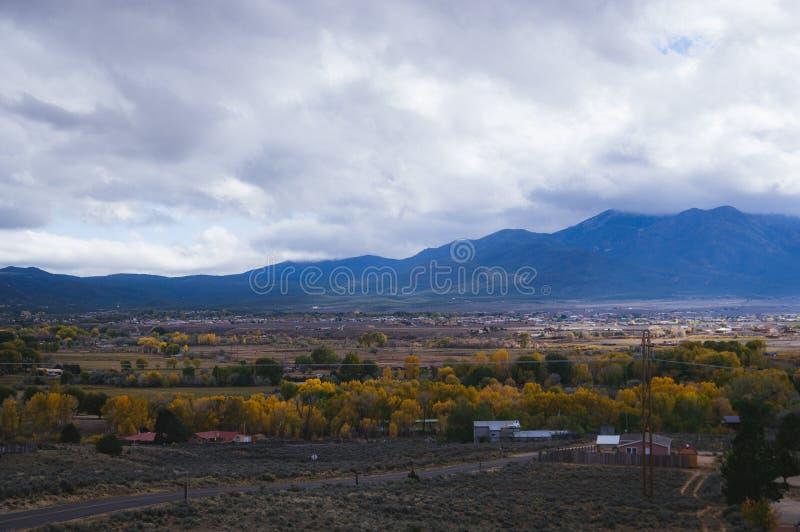 Overziet de kleine oude stad van New Mexico stock afbeelding