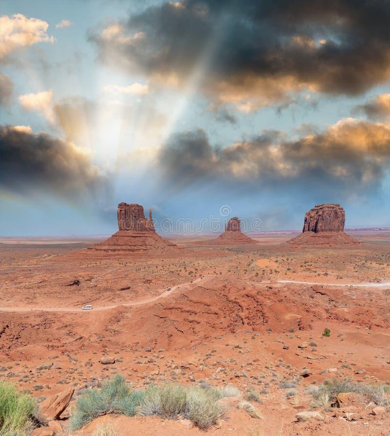 Ovest e colline orientali del guanto nel parco della valle di Mounment, U.S.A. immagini stock