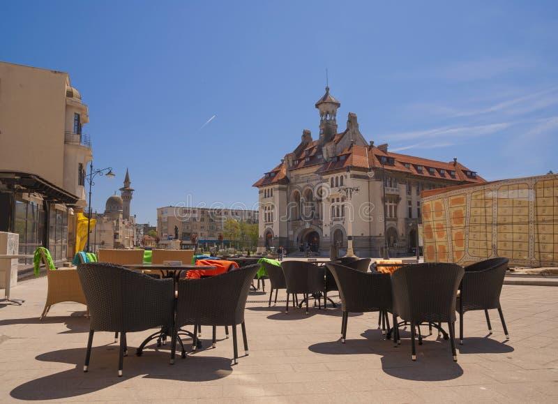 Ovidiu Square avec le musée national d'histoire et d'archéologie dans la vieille ville de Constanta photo stock