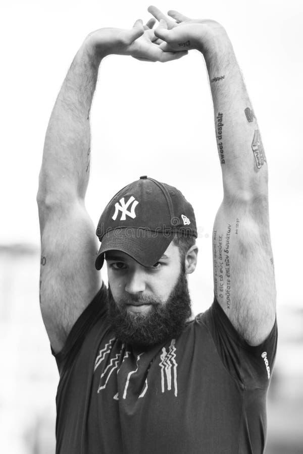 Oviedo, Asturias ESPAÑA - 5 DE JULIO DE 2018 El retrato de un inconformista joven tatuó al hombre con el sombrero de los New York fotografía de archivo