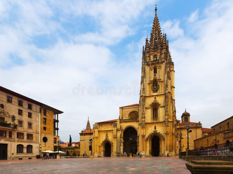 Oviedo domkyrka i dagtid grensle arkivfoto