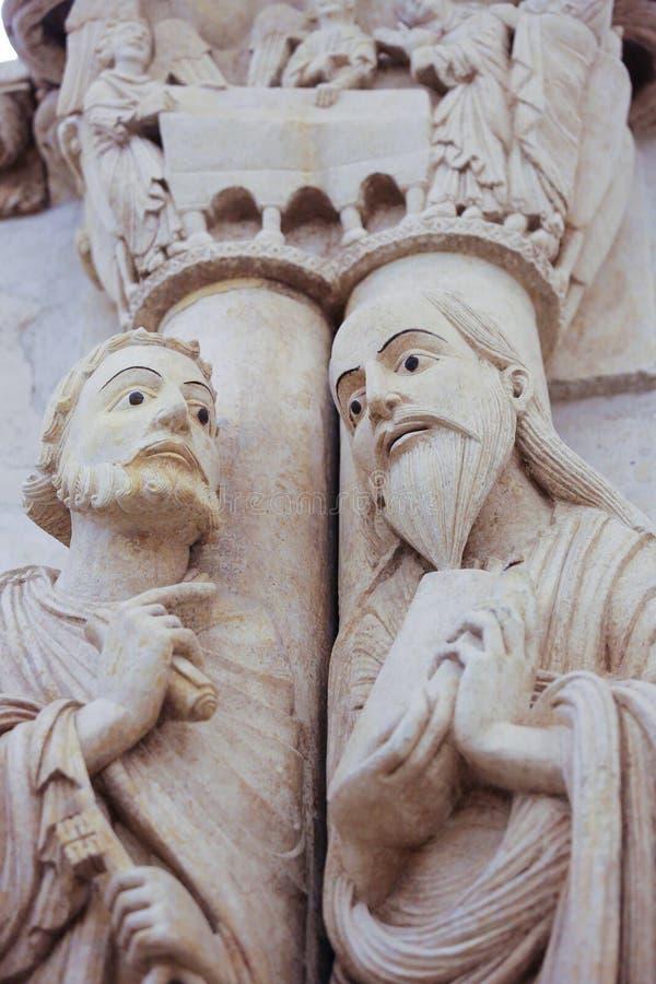 Oviedo domkyrka - statyer av två apostlar arkivfoto