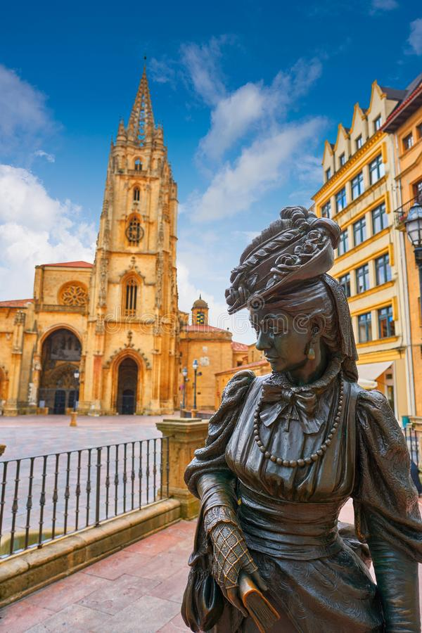 Oviedo Kathedraal en Regenta-standbeeld in Asturias stock afbeelding