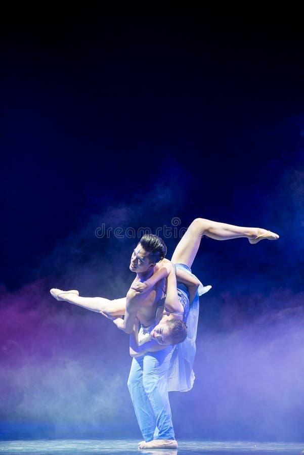 Ovilligt att sära med-akrobatik fotografering för bildbyråer