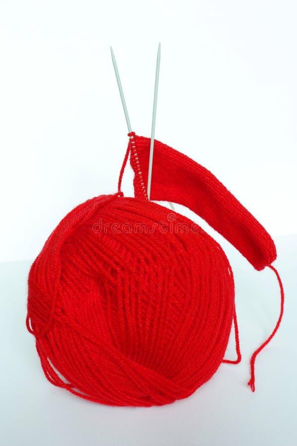Ovillo Rojo De Agujas De Costura Y Que Hacen Punto Imagenes de archivo