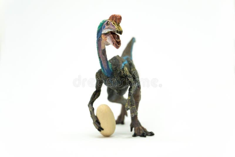 Oviraptor met gestolen ei op witte achtergrond stock fotografie