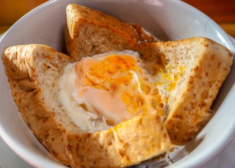 Ovo cozido com pão Menu fácil para o café da manhã nas horas de ponta fotos de stock royalty free
