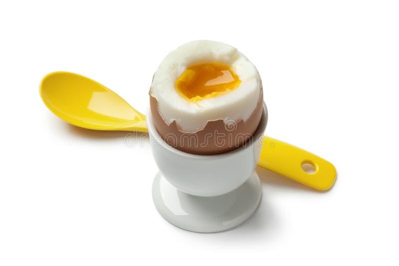 Ovo cozido em um copo de ovo imagens de stock