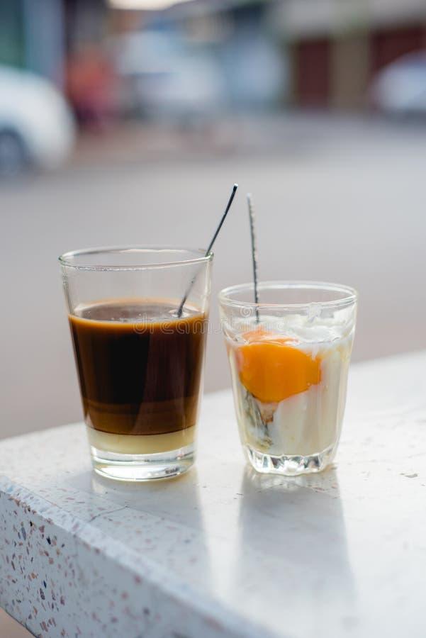 ovo cozido macio no vidro, café quente no vidro, café tailandês, Viet foto de stock