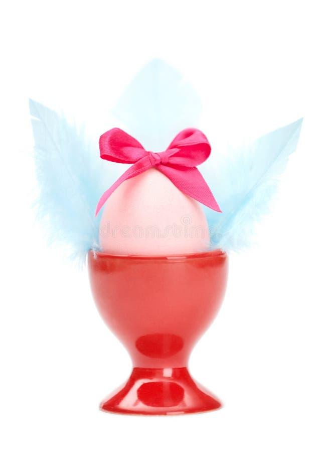 Ovo da páscoa colorido com curva cor-de-rosa e as asas azuis imagem de stock