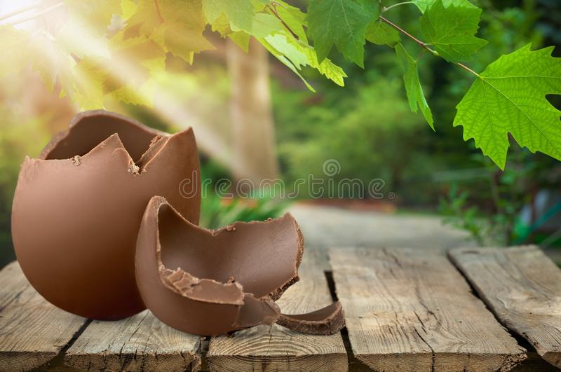 Ovo de chocolate na tabela foto de stock