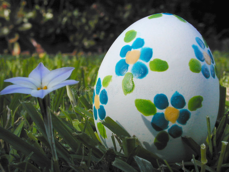Ovo de Easter com flores azuis imagens de stock royalty free