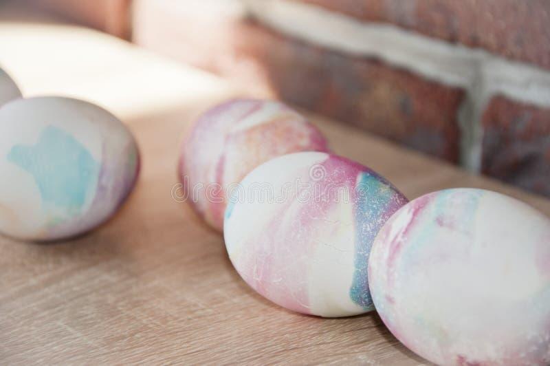 Ovo de Easter Escudo de mármore Ovos pintados DIY e feito a mão Preparação do feriado da mola Caça do ovo Cozimento tradicional d foto de stock royalty free