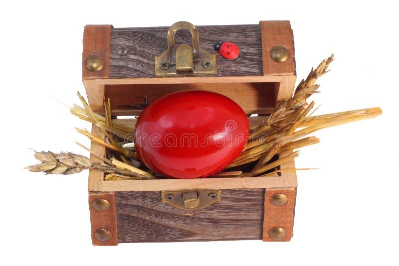 Ovo de Easter vermelho na caixa do tesouro imagem de stock royalty free