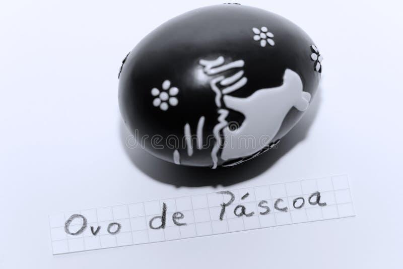 Ovo de Pascoa, португальское слово на белом примечании для пасхального яйца английского языка стоковое фото rf