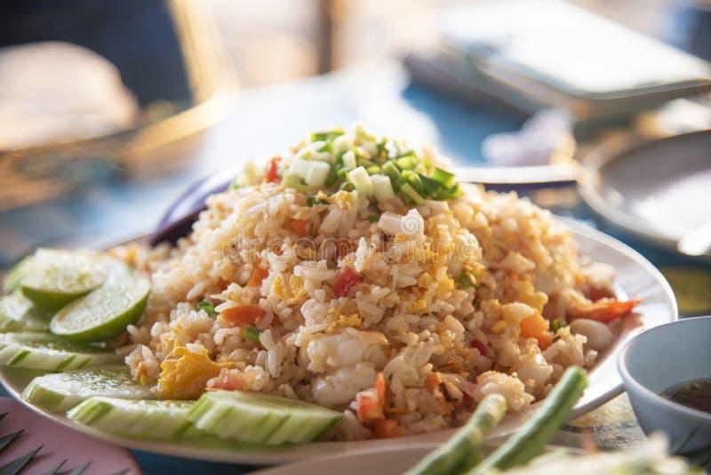 ovo do camarão do arroz fritado com cal do pepino do marisco na placa no alimento tailandês do estilo do ar livre da tabela fotografia de stock
