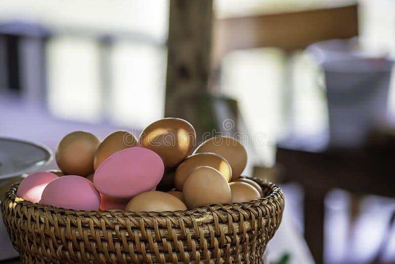 Ovo e ovo preservado em uma cesta de vime fotos de stock