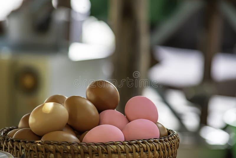 Ovo e ovo preservado em uma cesta de vime fotografia de stock