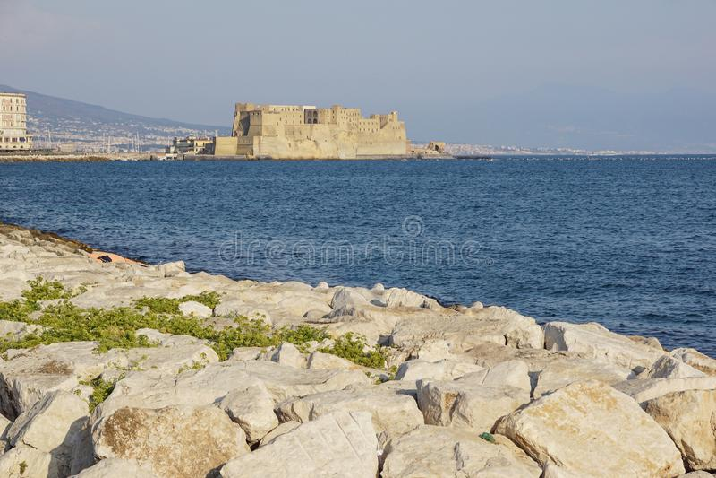 Ovo för Castel dell` italienare för äggfästningen i hamnen av Naples i Italien, med golfen av Naples arkivfoto
