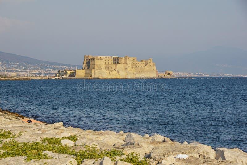 Ovo för Castel dell` italienare för äggfästningen i hamnen av Naples i Italien, med golfen av Naples royaltyfri bild