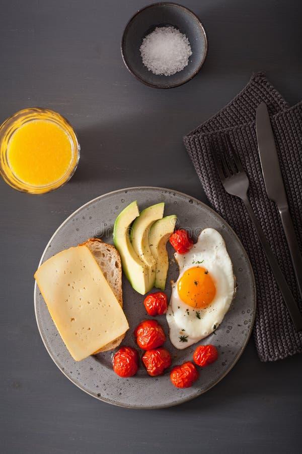 Ovo frito, abacate, tomate para o café da manhã saudável fotos de stock