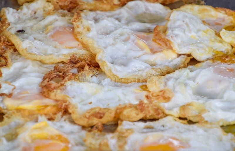Ovo frito arranjado na bandeja Muitos ovos fritos são arranjados no alimento da loja, o delicioso e o barato, Protien do ovo imagem de stock