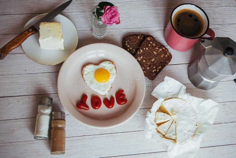 ovo frito com o brie da ketchup e do queijo Café perfumado saboroso da manhã imagem de stock