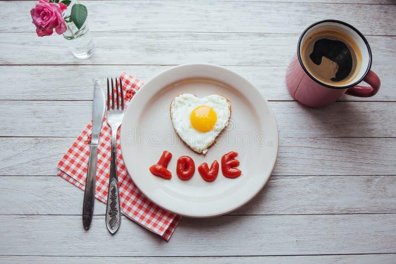 ovo frito com o brie da ketchup e do queijo Café perfumado saboroso da manhã imagens de stock