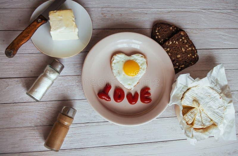 ovo frito com o brie da ketchup e do queijo Café perfumado saboroso da manhã fotos de stock