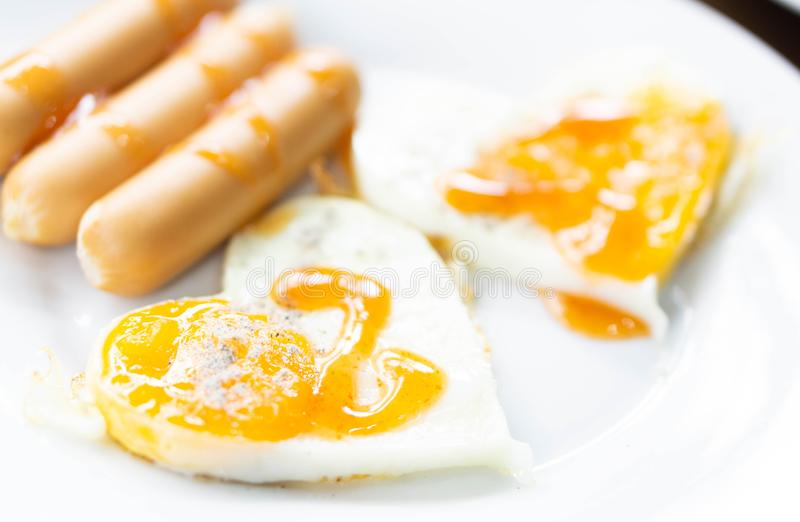 Ovo frito do close up no alimento saudável do café da manhã branco da placa, selecti foto de stock royalty free
