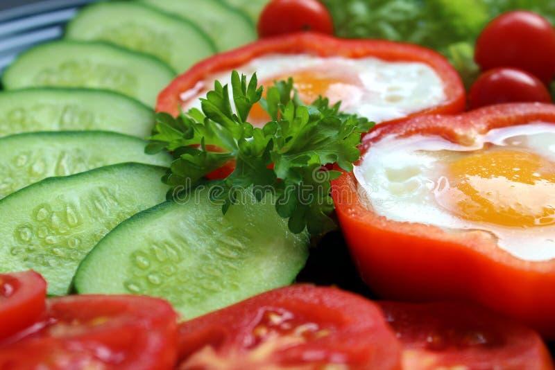 Ovo frito fácil do café da manhã e legumes frescos foto de stock