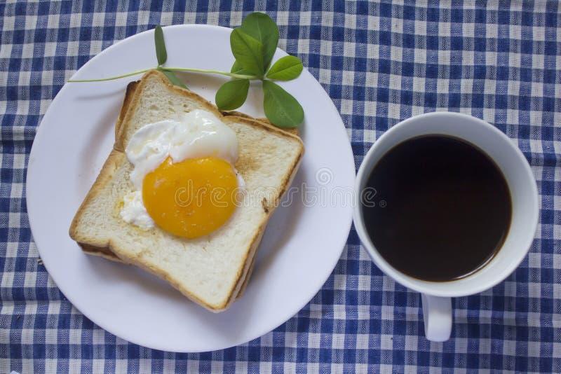Ovo frito no brinde e no café preto em um vidro fotos de stock royalty free