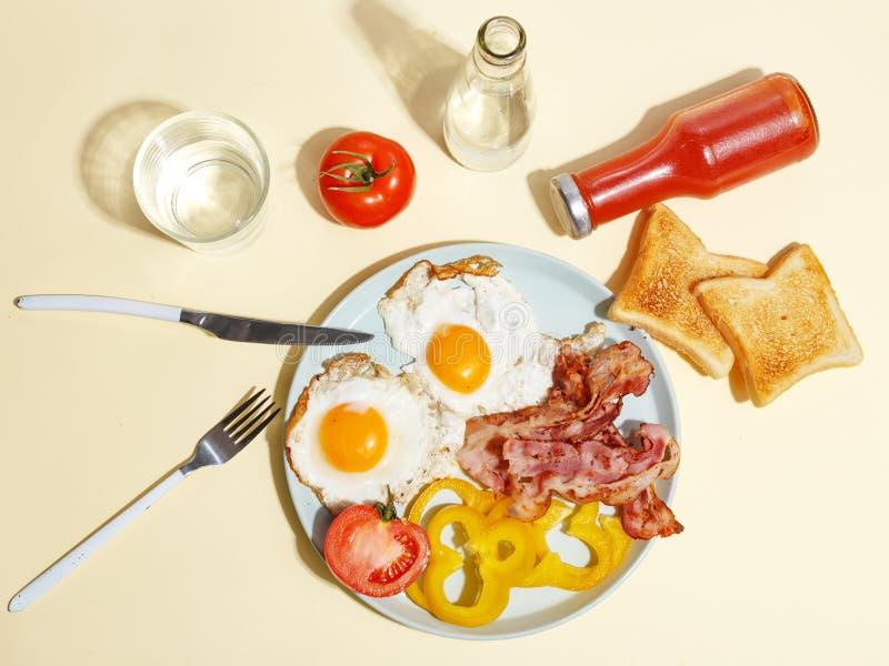 Ovo frito simples do caf? da manh? com bacon, pimenta de sino e brinde em uma placa imagem de stock royalty free