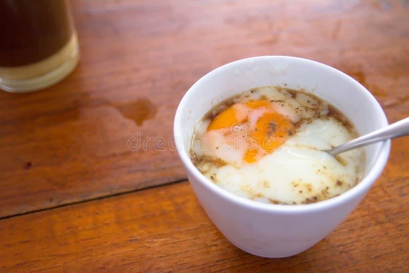 Ovo tradicional e café tailandeses prontos para servir imagens de stock