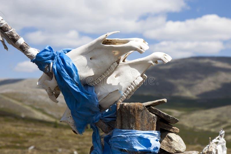 Ovoo heilig heiligdom op Mongoolse bergtop stock afbeelding