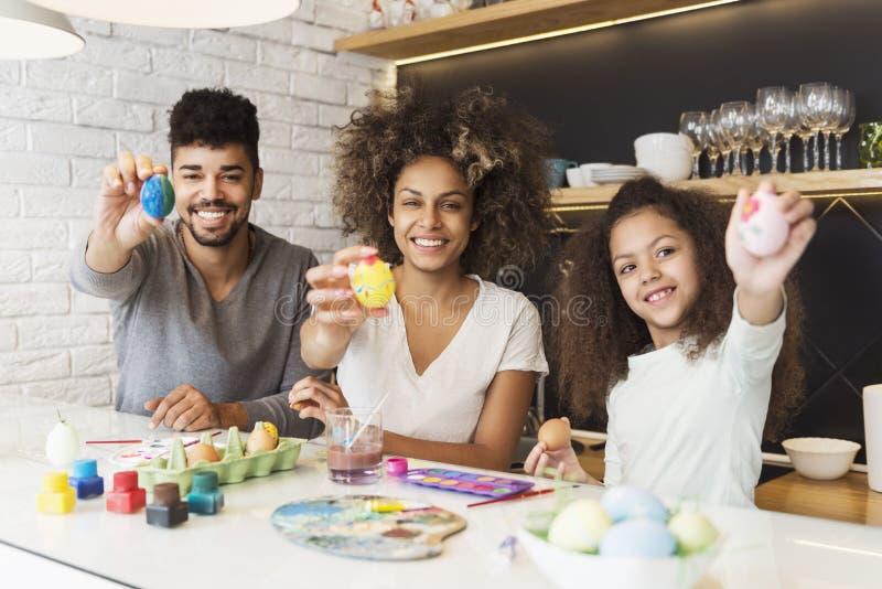 Ovos afro-americanos felizes da coloração da família imagens de stock royalty free