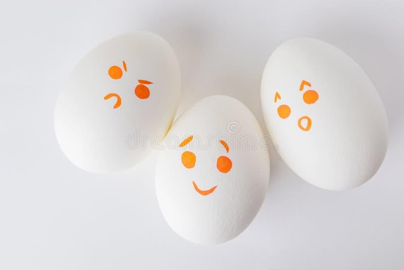Ovos brancos com smilies diferentes fotos de stock royalty free