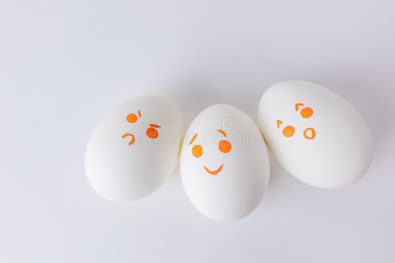 Ovos brancos com smilies diferentes foto de stock
