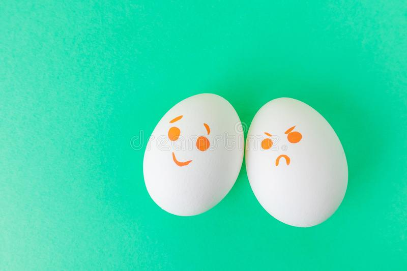 Ovos brancos com smilies diferentes fotos de stock