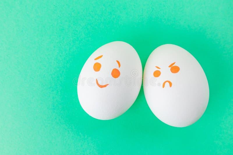Ovos brancos com smilies diferentes imagens de stock
