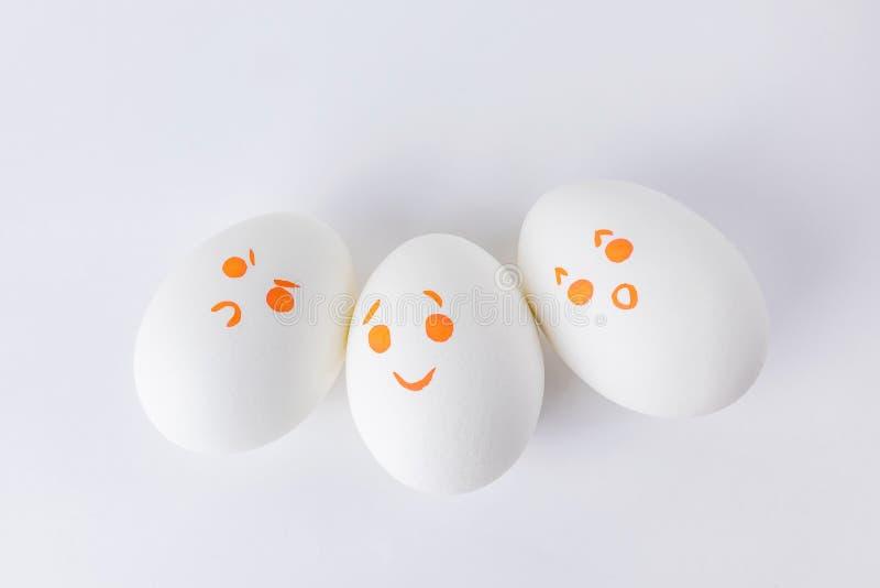 Ovos brancos com smilies diferentes imagens de stock royalty free