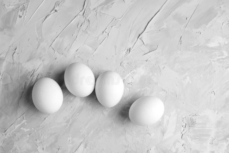 Ovos brancos da galinha no alimento cinzento concreto das aves domésticas da opinião superior do fundo imagens de stock