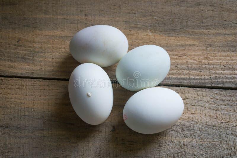 Ovos brancos em um fundo de madeira imagem de stock